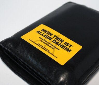 Allein-Daheim Notfall-Aufkleber auf Geldboerse Titelbild