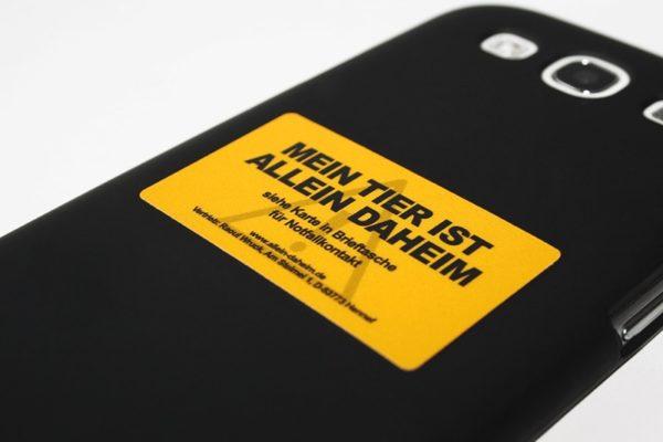 Allein-Daheim Notfall-Aufkleber auf Smartphone